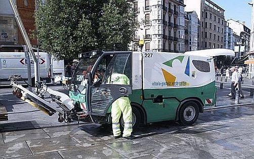 Un vehículo de limpieza atropella a un mujer en Vitoria,