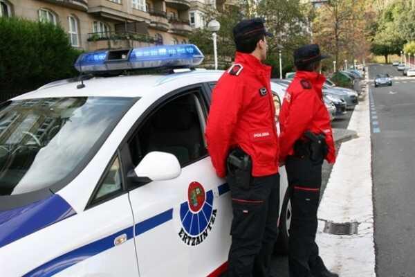 Rompen la ventanilla de una puerta de un vehículo en Hernani para robar en el interior,