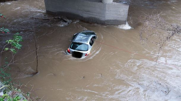 Muere un hombre al caer con su coche al río Ordizia,