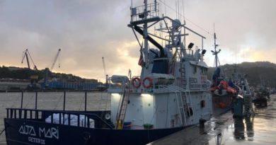 """El """"Aita Mari"""" desembarca en Santurtzi en busca de apoyo,"""