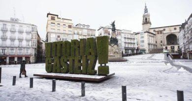 Vitoria se despierta cubierta de nieve,