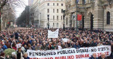 Pensionistas se concentran en Bilbao para denunciar la gestión foral en las residencias y anuncian más movilizaciones,