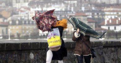 Una mujer resulta herida por un tablón arrancado por el viento en Donosti,