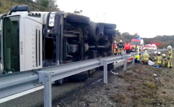 Dos personas resultan heridas al volcar su camión en  Ribera Alta,