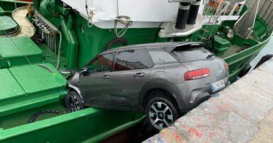 Un coche cae a un barco en el puerto de Getaria,