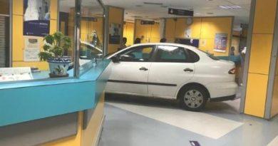 Un hombre empotra su coche contra la recepción de urgencias de Basurto,