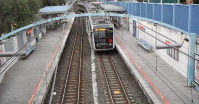 Un obrero pone a salvo a un hombre que caminaba desorientado por las vías del tren en Getxo,