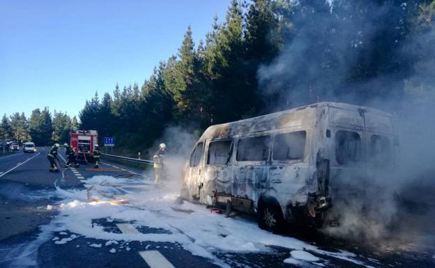 Arde un microbús en el  Alto de Bideko,