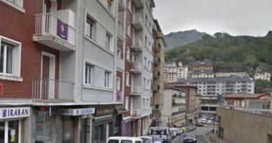 Detienen a un hombre en Eibar por sustraer una riñonera del interior de un turismo estacionado,