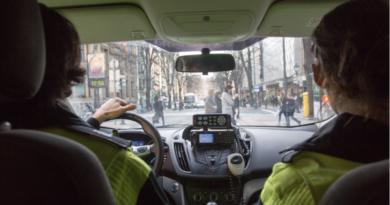 Hoy comienza la campaña bilbaína para vigilar distracciones al volante causadas por el uso del móvil o el GPS,