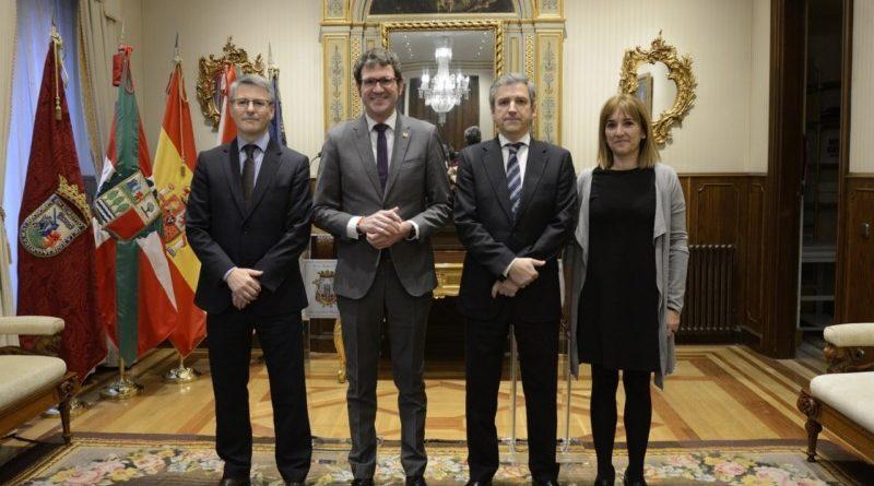 Ayuntamiento y El Corte Inglés acuerdan soterrar el muelle de carga y descarga de la plaza Santa Bárbara de Gasteiz,