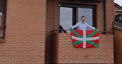 El Lehendakari coloca una ikurriña en el balcón de su casa de Durango con motivo del Aberri Eguna,