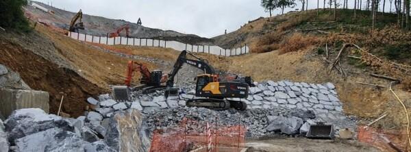 Construyen un dique en el vertedero de Zaldibar que permitirá reabrir los cuatro carriles de la AP-8,
