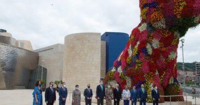 Los Reyes visitan el Museo Guggenheim,