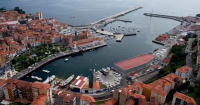 El Gobierno Vasco facilita zonas de baño en el Puerto de Bermeo,