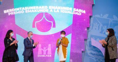 Entregan el Premio Emakunde a la educadora feminista Cony Carranza por su trabajo con las mujeres migradas,