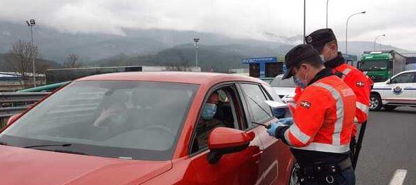 Comienzan a realizar los primeros controles en carretera para vigilar el cumplimiento de las nuevas restricciones de movilidad en Euskadi,