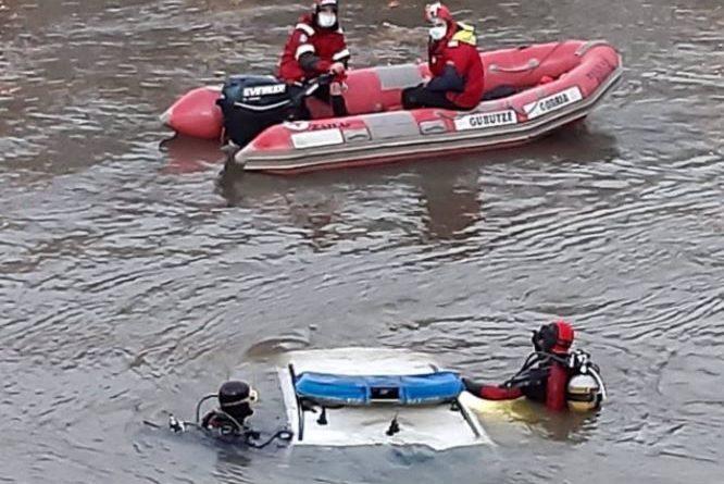 El segundo ertzaina que ha caído al río Urumea en un coche patrulla se encuentra dentro del vehículo bajo el agua,