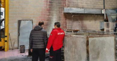 Ertzaintza y los bomberos investigan el incendio registrado en Azpeitia,